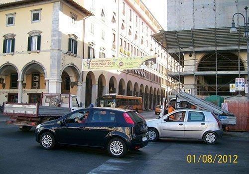 un vicolo cittadino con le macchine sulla strada