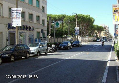 una strada e vista delle macchine parcheggiate
