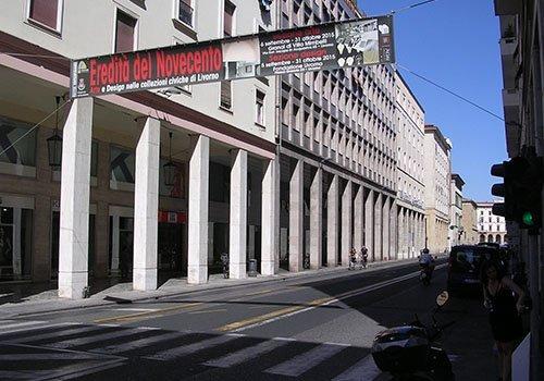 vista dei palazzi e uno striscione  con scritto Eredità del Novecento