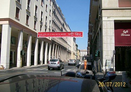 una strada cittadina con un manifesto rosso