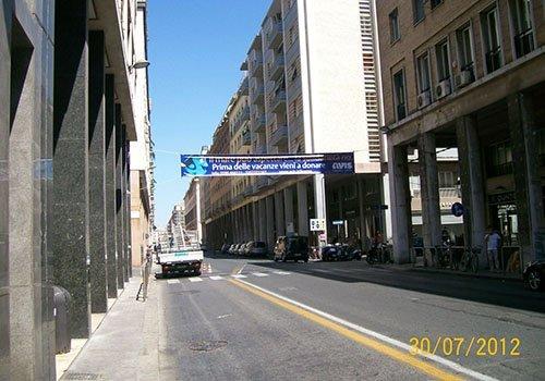 una strada cittadina con un manifesto blu