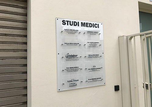 una targa con scritto STUDI MEDICI