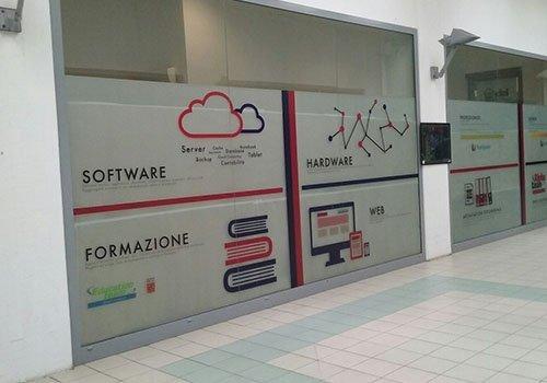 una vetrata con delle scritte Software, Formazione, hardware, Web