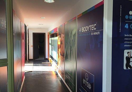 dei poster in un corridoio con scritto Bodytec
