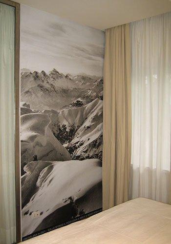 un dipinto a muro delle montagne innevate