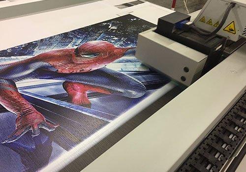 una stampante che stampa un poster di Spiderman