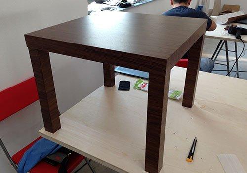 un tavolino di legno