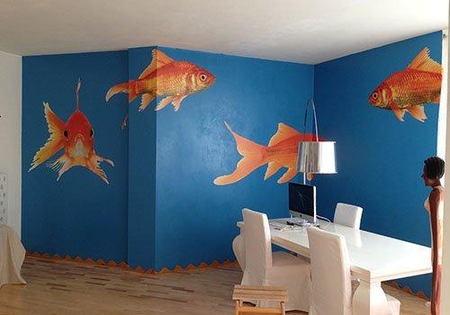 delle pareti blu con dei pesci rossi dipinti