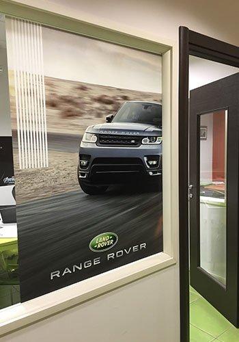 un poster di un Range Rover