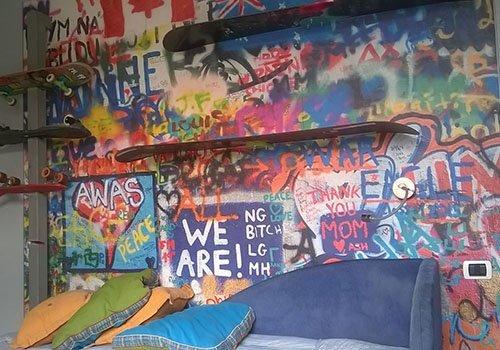 un muro con dei graffiti colorati