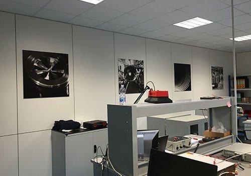 un ufficio con dei poster su una parete