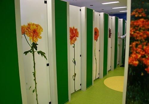 dei camerini con dei disegni a fiori sulle porte