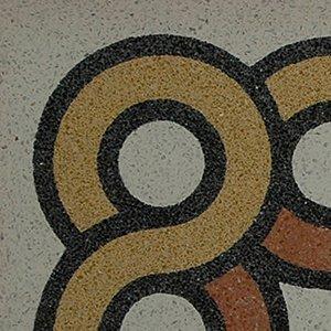 un pavimento con disegni arancioni neri e gialli