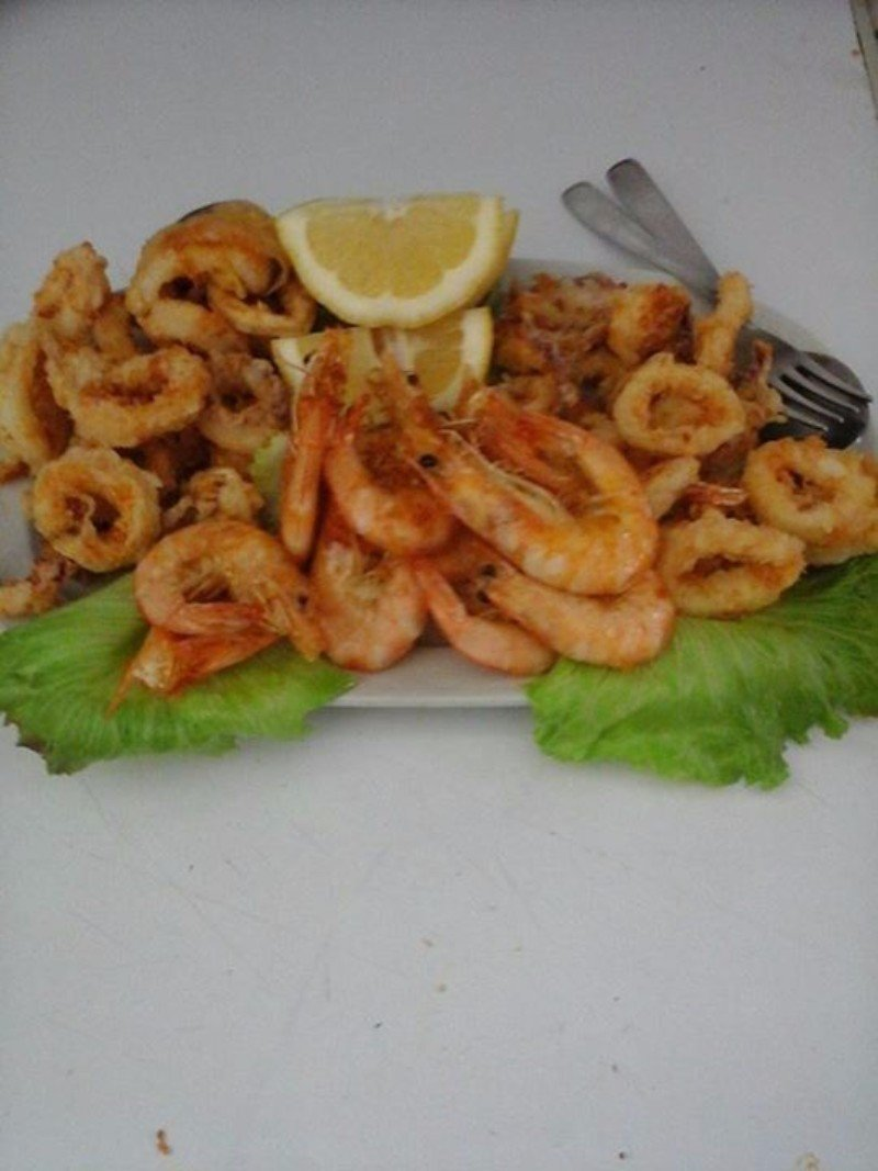 un piatto i gamberi e anelli di calamari fritti