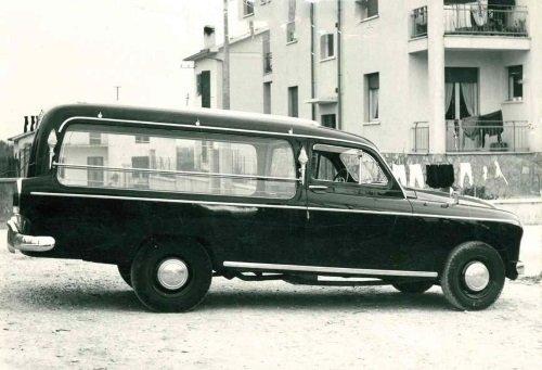 un vecchio carro funebre
