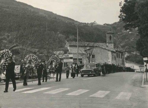 una foto in bianco e nero di una parata durante un funerale