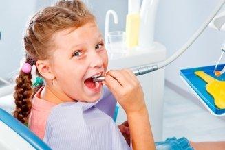 una bambina seduta dal dentista