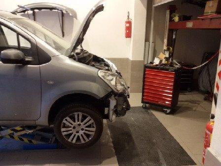Riesaminando il motore dell'auto e cambiando il parafango