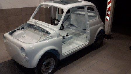 Piccolo auto senza sedili né motore