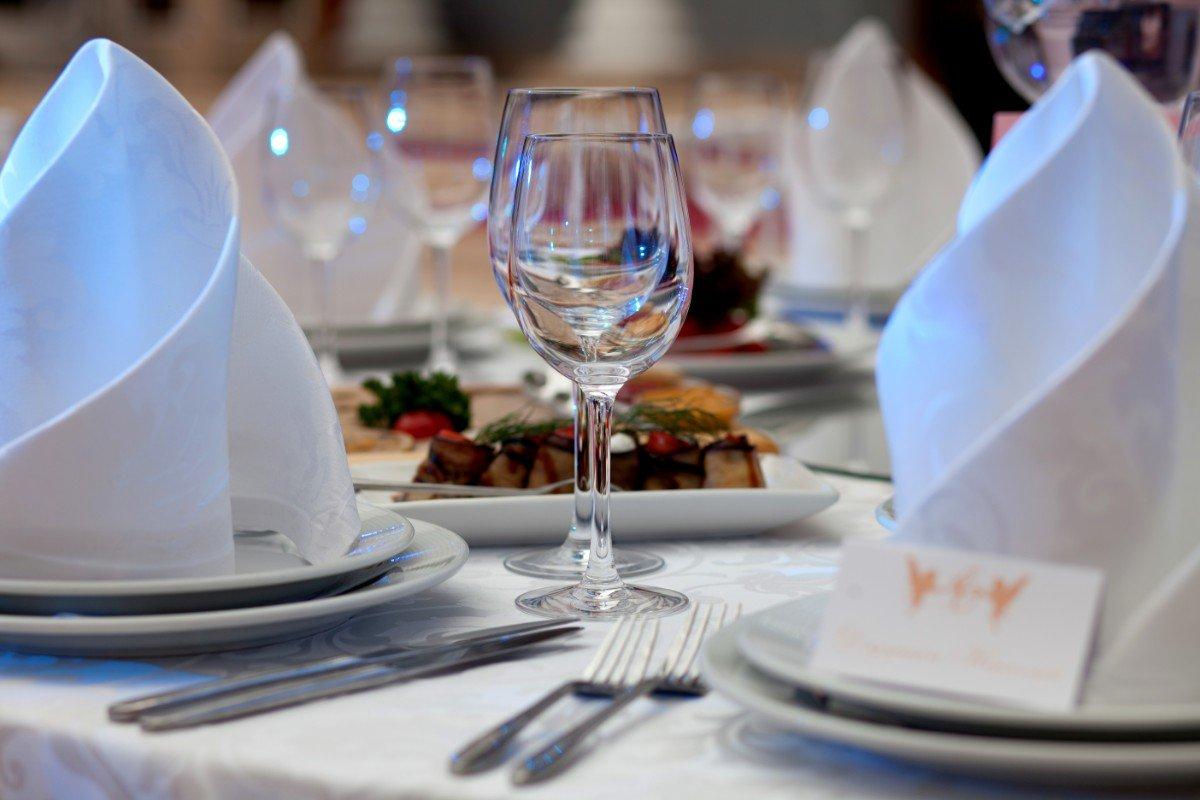 Tavola presta, bicchieri brillanti e antipasti sulla tavola