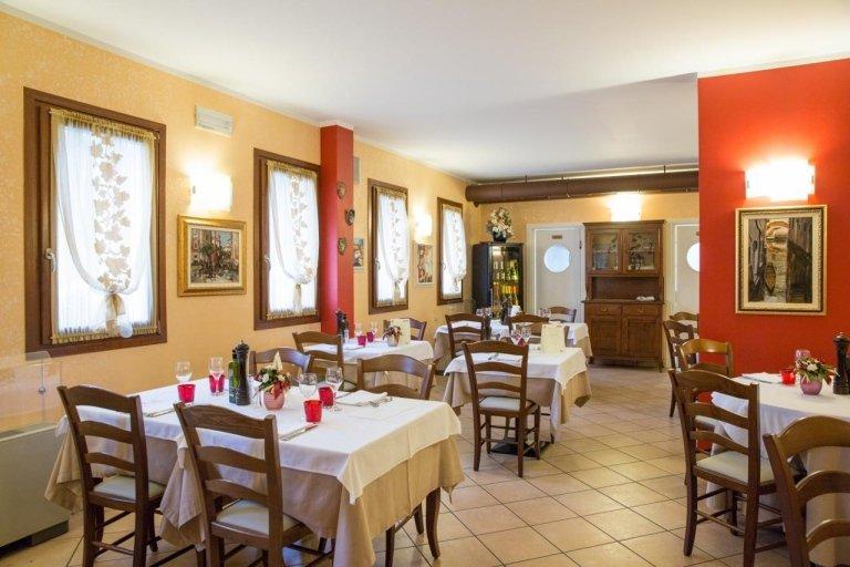 L'interno del ristorante, fiori in tutte le tavole