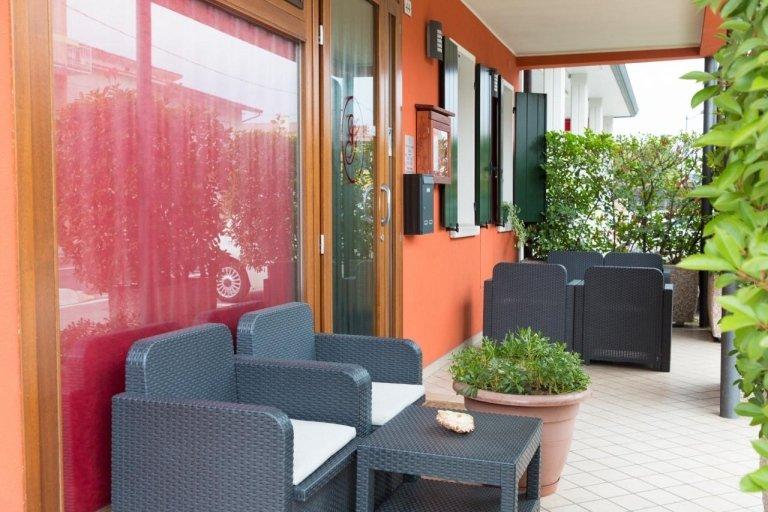 La terrazza con mobilio di colore grigio