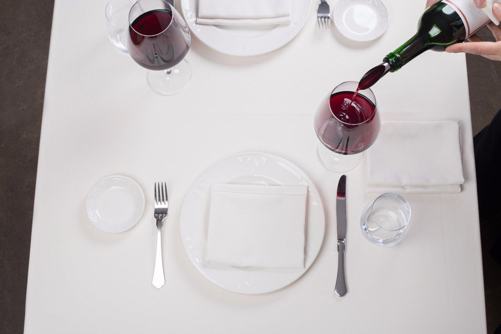 Foto dall'alto del riempimento di una coppa di vino