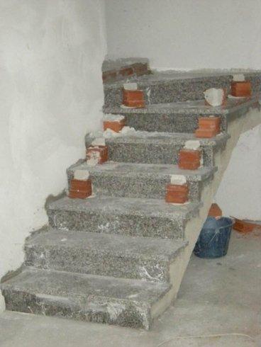 rivestimento scala in lastra di pietra in sarizzo