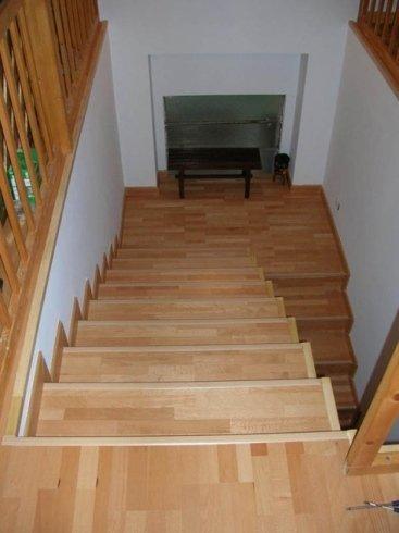 rivestimento scala in parquet di legno in essenza