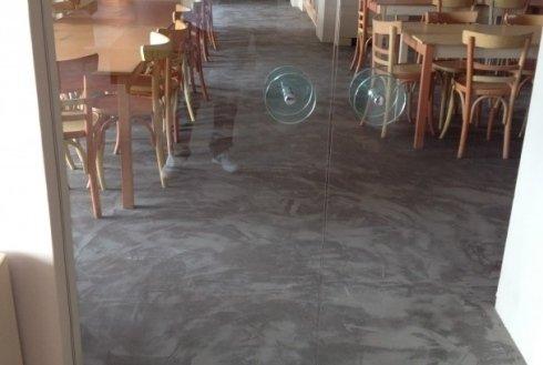 pavimentazione in resina scura