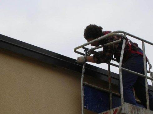 lavoro in quota per sostituzione faldale di protezione muro