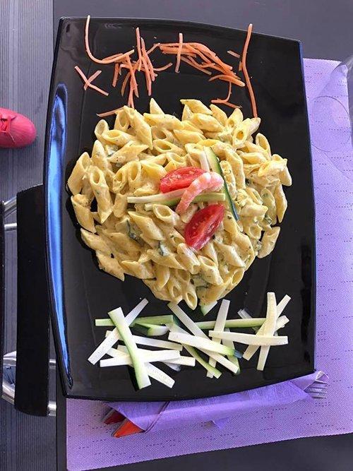 penne in salsa bianca zucchine gamberi e pomodorini