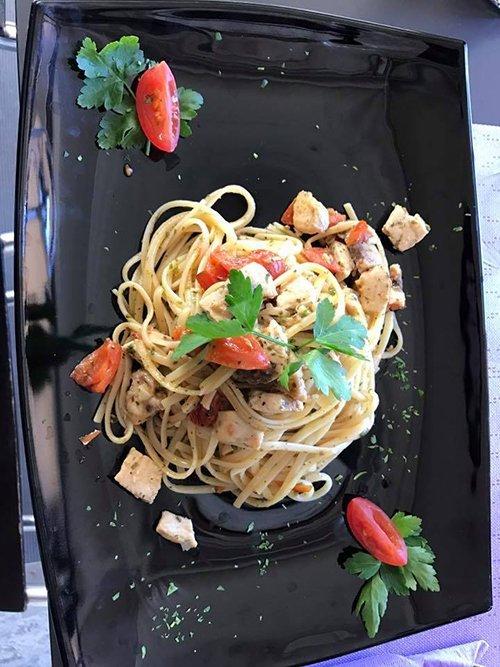 piatto creativo di spaghetti