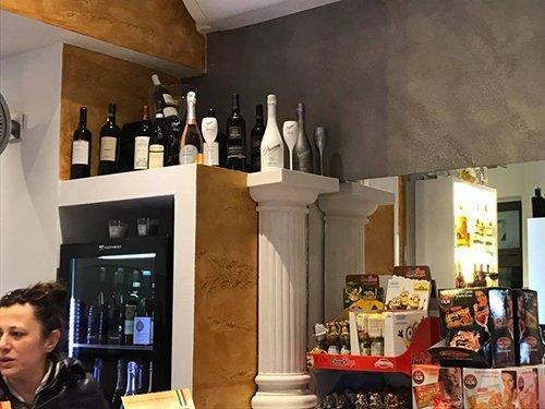assortimento di vini su un armadio vicino a una colonna