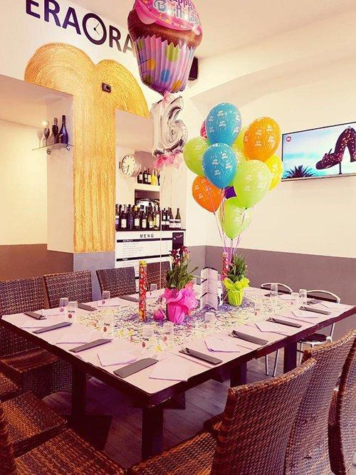 tavolo apparecchiato per una festa di compleanno