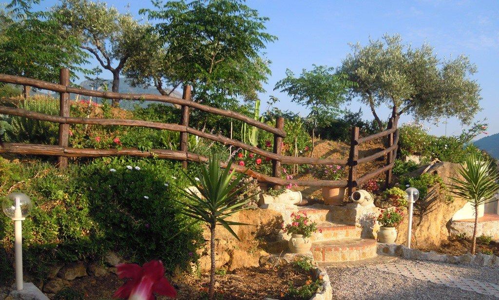 Cortiletto esterno con alberi e piante in fiore