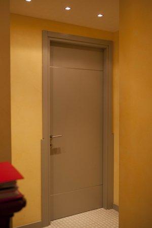 Porta esterna in forma di lancia di legno e vetro
