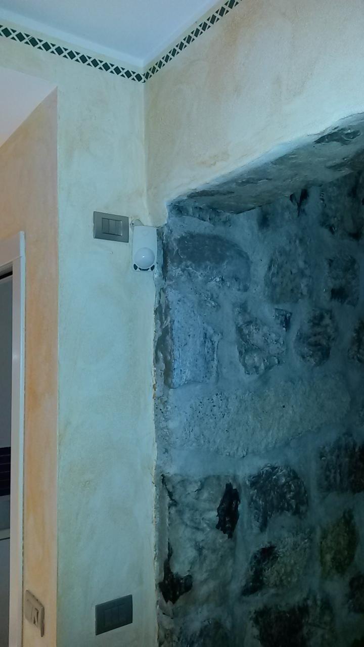 angolo di una parete con due prese
