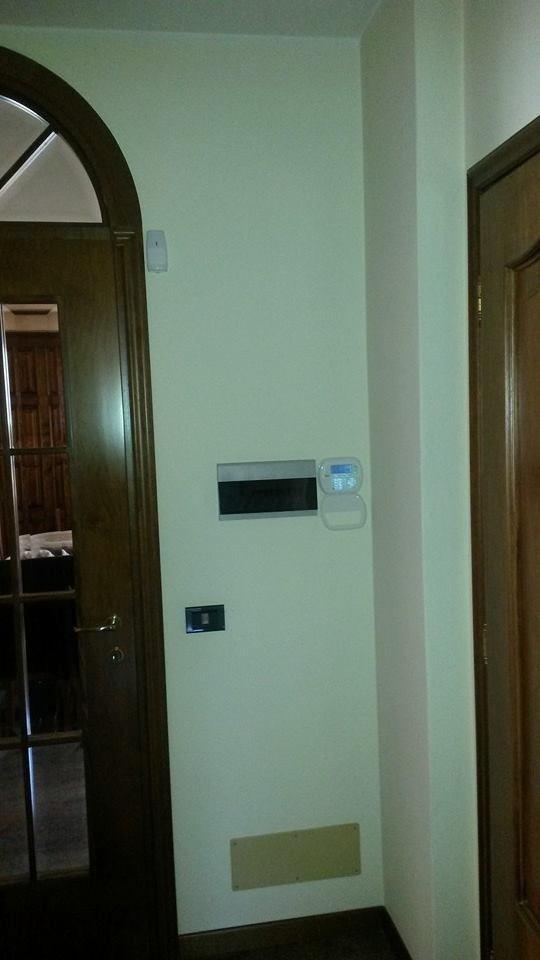 dispositivo di controllo vicino alla porta di casa