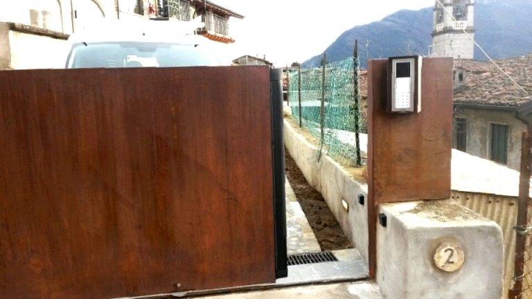 automazione cancello Faac e videocitofono posto esterno Comelit