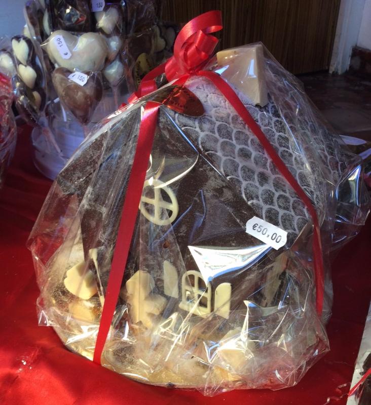 Confezione regalo con casa fatta di cioccolato