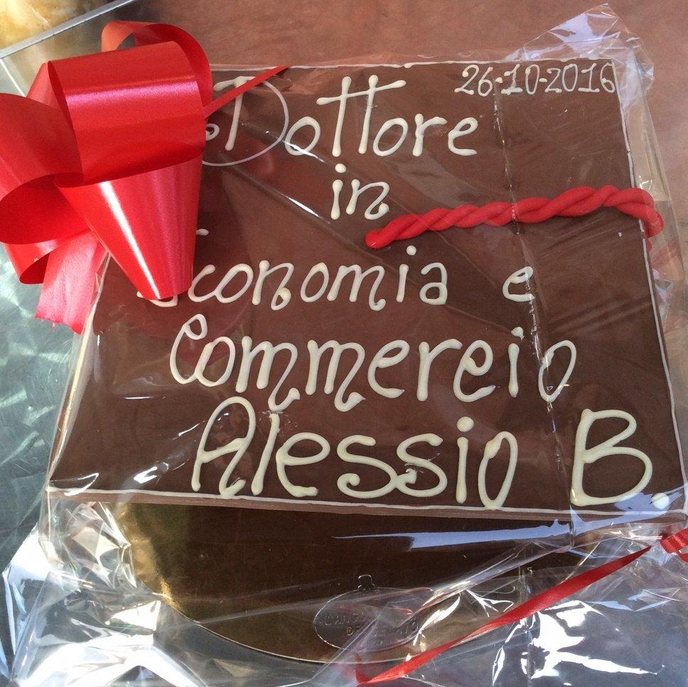 Cioccolata a forma di tocco per festa di laurea
