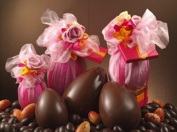 Uova di pasqua e decorazioni floreali in toulle