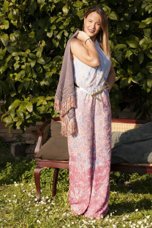 una modella con un tuta di color azzurro e rosa in posa