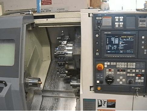 Vista interna di un macchinario per la lavorazione di metalli