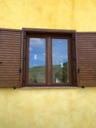 finestra con persiane