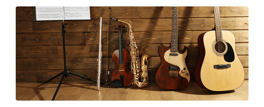 strumenti musicali con spartito in sala prove