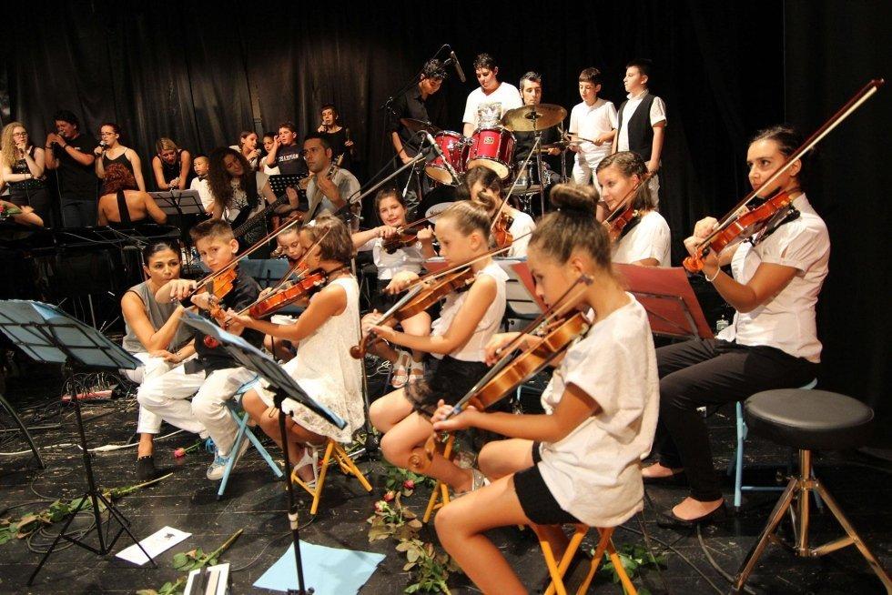 orchestra con violini durante un concerto