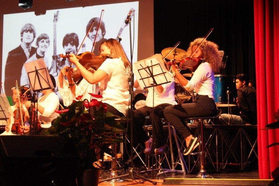 Prospettiva laterale di musicisti che suonano il violino