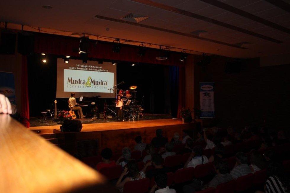 palcoscenico con pianoforte durante un esibizione
